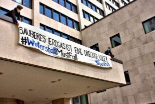"""Gerade eben wurde die Konzernzentrale von Wintershall Kassel per Banner mit einem neuen Slogan versehen: """"Sauberes Gas ist eine dreckige Lüge"""". Foto: Klimagerechtigkeit Kassel"""