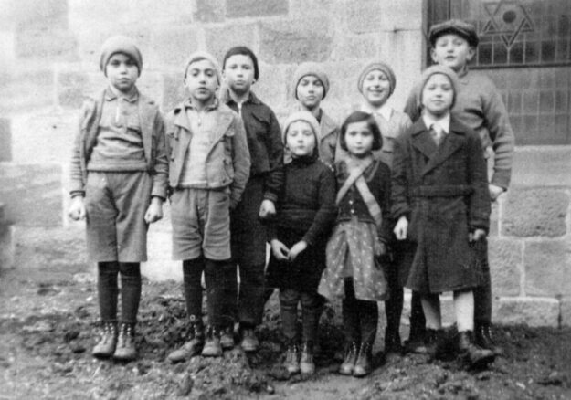 Jüdische Kinder im Jahr 1936 neben der Felsberger Synagoge. Auf diesem Foto erkannte Michelle-Weinstein-Feiner aus Brüssel ihren Vater Alfred (vorne ganz rechts) und ihren Onkel Max (hinten, 2. Von rechts). Foto: Stadtarchiv Felsberg