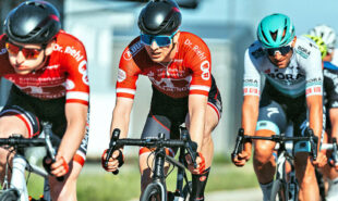 World-Tour-Profi Andreas Schiollinger am Hinterrad von Eiko und Leonid Berlitz. Foto: @letpics