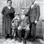 Adam Schenk mit Familie (v.li.): Gertrud Schenk, Sohn Heinrich Schenk, Adam Schenk und Sohn Willy Schenk Ende der 1920er Jahre. Quelle: Privat Raimund Schenk