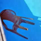 Über die Verschmutzung des Freibades ist Bürgermeister Vesper sehr erbost. Ein ins Becken geworfener Plastikstuhl scheint dabei noch das geringste Übel des nächtlichen Vandalismus zu sein. Foto: Gemeinde Willingshausen
