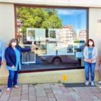 Johannes Maiwald sorgte dafür, dass die Ausstellung an der Fensterfront des Hauses Marktplatz 15 gezeigt werden kann. Darüber freuten sich (v.li.): Koordinatorin Christine-Ann Raesch, Martina Lossek (Hospizgruppe Fritzlar), Koordinatorin Antje Hartmann und Brigitte Vaupel (Hospizgruppe Frielendorf). Foto: Uwe Dittmer