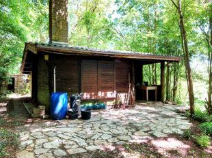Die Gartenterrasse aus Natursteinen – ein idealer Ort für sommerliche Treffen. Foto: Uwe Dittmer