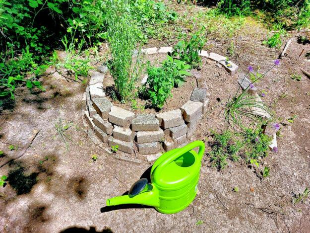 Die kleine Kräuterspirale soll für gesunde Kräuter sorgen. Foto: Uwe Dittmer