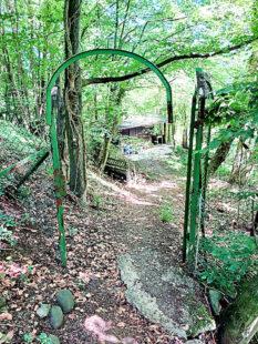 Die verrostete Eingangspforte wirkt zwar nicht sehr einladend, jedoch dahinter verbirgt sich ein Garten-Juwel. Foto: Uwe Dittmer