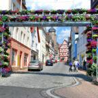 Um das schöne Entree in die Westheimer Straße auch künftig floral ausschmücken zu können, sucht die Stadt weiterhin nach Sponsor:innen für das Blumentor. Foto: Samuel Geselle