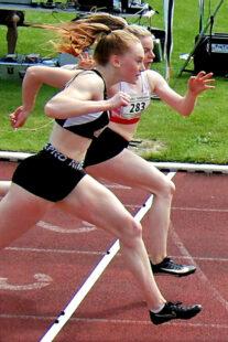 Nur 0,002 Sekunden entschieden über Sieg und Niederlage. Vivian Groppe setzte sich in 12,18 Sekunden vor Mira Baus (Schlüchtern) durch. Foto: nh