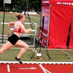 Vorbildliche Haltung von Vivian Groppe im Lauf über die Ziellinie, bei dem sie den Stadionrekord auf 24,77 Sekunden verbessern konnte. Foto: nh