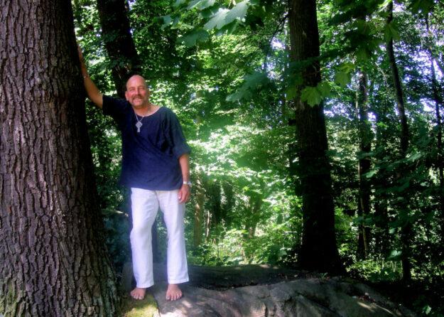 Unter anderem als Barefoot Movement Coach bietet Thomas Nawroth seine Dienste an. Durch den Sommer begleitet er seine Gäste beim sonntäglichen Waldbaden. Foto: Camlata