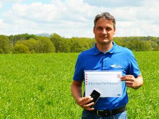 Dr. Thorsten Kranz (Fachgebietsleiter Beratungsteam Pflanzenbau) zeigt, dass im Rahmen der digitalen Versuchsfeldführung Sorteninformationen direkt abgerufen werden können. Foto: Landesbetrieb Landwirtschaft Hessen (LLH)