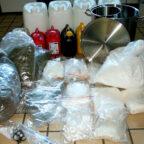 """Eine Szene wie aus der US-Drogenserie """"Breaking Bad"""": Die sichergestellten Betäubungsmittel und Utensilien. Foto: Polizei"""