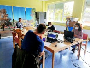 Supported Souls – Abschlusstreffen des Erasmus+-Projekts der Drei-Burgen-Schule Felsberg mit (v.li.) Lukas Heil (Moderator), Frank Schmidt (Koordinator), Noa Weinberger (Teilnehmerin) und Manuela Pisani (Lehrerin). Foto: nh