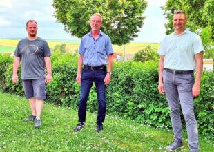 Ortsvorsteher Höhmann (Mitte) verabschiedete die aus dem Ortsbeirat ausgeschiedenen Mitglieder Daniel Knieling (li.) und Marco Lehmann. Foto: nh