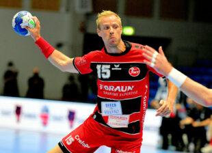 Lasse Mikkelsen hat den Ball fest im Griff. Foto: Heinz Hartung