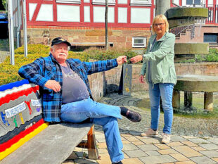 Dr. Bettina Hoffmann bedankt sich bei Hans-Georg Roda für seine 10jährige ehrenamtliche Tätigkeit als GRÜNER Stadtrat in Niedenstein. Foto: nh