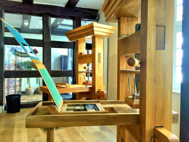 Im Haus der Geschichte am Homberger Marktplatz steht eine originalgetreue Gutenberg-Druckmaschine für bewegliche Lettern. Foto: nh