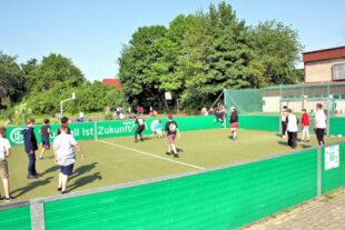 Fußball ist Zukunft – aber vor allem Gegenwart. Schüler:innen der GAZ nutzen das DFB-Spielfeld in der Schulpause. Foto: nh
