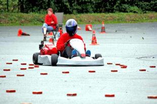 Mit Geschicklichkeit und Konzentration manövrieren sich die Meisterschaftsanwärter:innen durch den Kart-Parcours am Maxi-Autohof. Foto: rthb