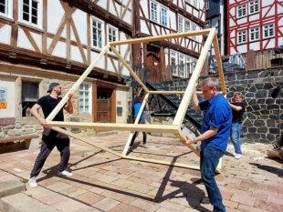 Das zugerichtete Rahmenbauteil wird mit vereinten Kräften aufgestellt. Foto: Uwe Dittmer