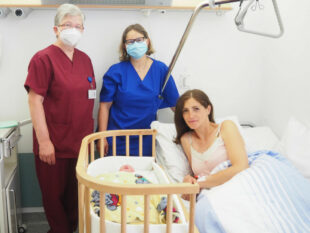 Sabine Schmiedl-Henning (Kinderkrankenschwester/Stationsleitung), Katja Harnischfeger (Chefärztin Gynäkologie und Geburtshilfe) und Natalie Heller mit Tochter Hannah Luisa (v.li.). Foto: nh
