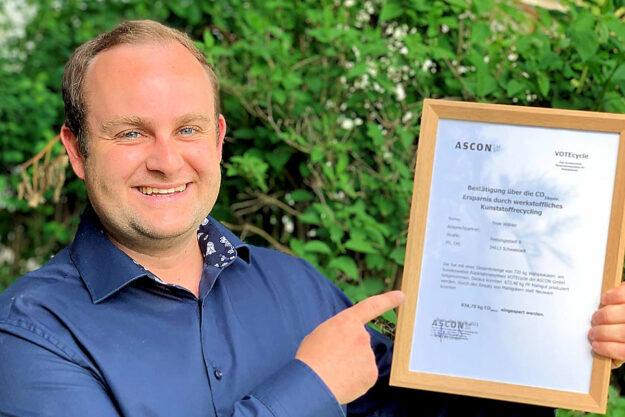 Dennis Krause hat sich die Urkunde über die Verwertung der Wahlplakate in Holz gerahmt. Foto: FREIE WÄHLER