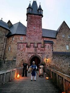 In den frühen Morgenstunden empfängt die Schlosswache die Nachtwanderer bei ihrer Rückkehr. Foto: nh