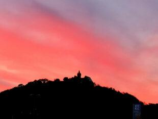 Bei Einbruch der Dunkelheit bricht die Wandergruppe von Schloss Spangenberg auf. Foto: nh