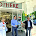 Zur Spendenübergabe vor der Hubertus Apotheke trafen sich Tierpark-Betriebsleiter Uwe Pietsch, Apotheker Stephan Parzefall und Organisatorin Christa Figur (v.re.). Foto: nh
