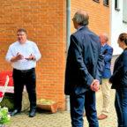 Europastaatssekretär Mark Weinmeister (li.) im Gespräch mit Mitgliedern des Geschichts- und Heimatvereins Metze. Foto: Hessische Staatskanzlei