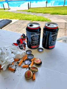 Solchen Dreck will niemand im Freibad. Kronkorken von Tequila-Flaschen, Whiskey-Dosen und kalte Zigarettenstummel zeugen vom nächtlichen Gelage. Foto: Gemeinde Willingshausen
