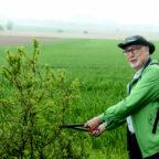 Werner Wunsch macht für die Wanderer den Weg und die Aussicht frei. Foto: nh