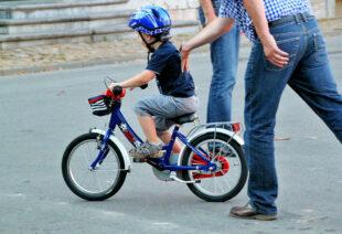 So sieht für viele Kinder der Start ins Radlerleben aus. Besser ist es aber zu warten, bis die Kleinen wenigsten neun Jahre alt sind. Dann können sie auch von der Polizei geschult werden. Foto: nh