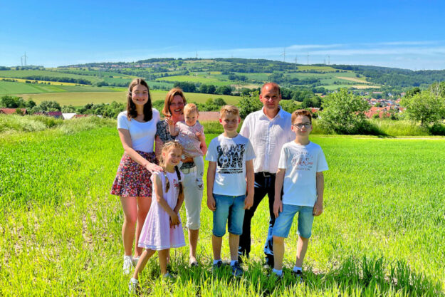 Bürgermeisterkandidat André Teumer-Weißenborn mit seiner Familie. Foto: nh