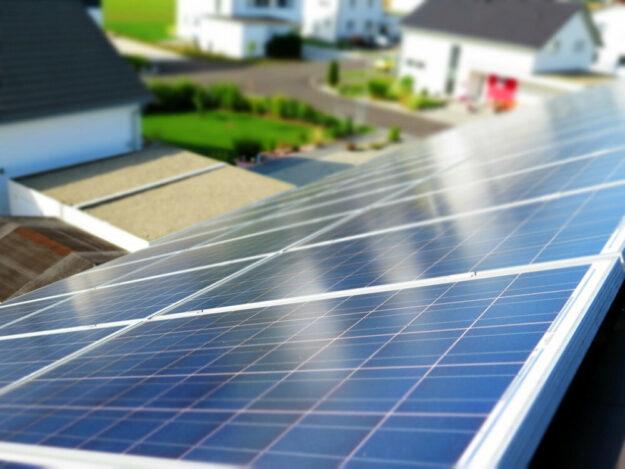Nach einem Bund-Länder-Beschluss soll die Steuererklärung für Betreiber:innen von kleineren Photovoltaikanlagen oder Blockheizkraftwerken leichter werden. Foto: moerschy | Pixabay