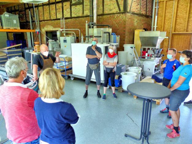 Markus Kleffel erläutert die Produktion von Bio-Speiseölen. Foto: nh