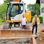 Bürgermeister Heinrich Vesper, örtlicher Bauleiter Nino Klug und Bauamtsleiter Peter Wahl (v.li.). Foto: Gemeinde Willingshausen