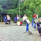 Das Foto zeigt die Volkstümliche Besetzung des Landespolizeiorchesters Hessen vor einer Senioreneinrichtung in Frankfurt. Foto: nh
