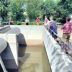 Mitglieder des Verbandsvorstands- und der Verbandsversammlung des Abwasserverbandes Mittleres Emstal bei der Baustellenbesichtigung. Foto: nh