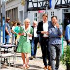 Digitalministerin Prof. Dr. Kristina Sinemus auf dem Weg zum Marktplatz mit Bürgermeister Dr. Nico Ritz und Projektleiter Jonathan Linker. Foto: Uwe Dittmer