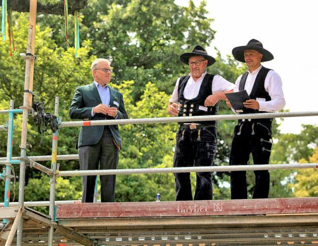 Bauherr Michael Gerst (links), Polier Arne Kloth (Mitte) und Zimmermeister Lennart Eisenberg (rechts) beim traditionellen Richtspruch. Foto: A. Weber | Hessen Forst