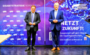 Digital-Tour Nordhessen (v.li.): Winfried Becker, Schwalm-Eder-Landrat und BNG-Vorsitzender, mit Regierungspräsident Hermann-Josef Klüber. Foto: Breitband Nordhessen GmbH