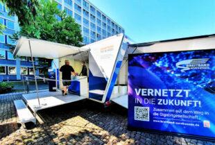 Die Breitband Nordhessen GmbH informierte gemeinsam mit dem Gigabitbüro des Bundes vor dem Regierungspräsidium Kassel über den Ausbau digitaler Infrastrukturen. Foto: Breitband Nordhessen GmbH