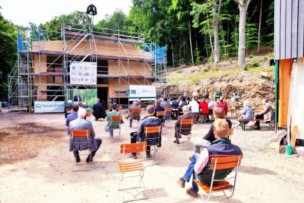 Handwerker und Gäste vor dem errichteten Gebäude. Foto: A. Weber | Hessen Forst
