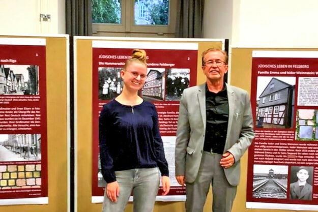Alida Scheibli und Dr. Dieter Vaupel in der Gedenkstätte Breitenau vor den Ausstellungstafeln zur jüdischen Geschichte Felsbergs. Foto: Ann Kathrin Düben
