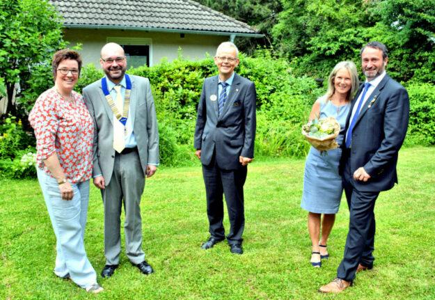 Der neue Lions-Präsident Dr. Gunther Claus mit seiner Frau Katja (li.), District-Governor Jürgen Waterstradt und Karina Sippel mit Ehemann und vorherigem Lions-Präsident Stefan Sippel (re.). Foto: Björn Schönewald