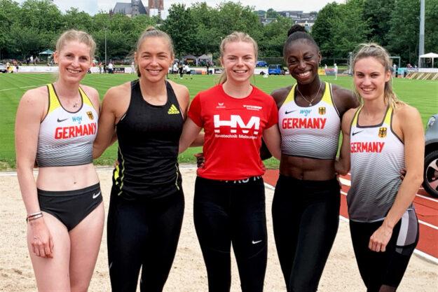Lisa Nippgen, Gina Lückenkempf, Lisa Marie Kwayie und Jennifer Montag, Teilnehmerinnen der deutschen 4x100m-Staffel, die bei den Olympischen Spielen unser Land vertreten werden, haben Vivian Groppe in ihren Kreis aufgenommen. Foto: nh
