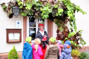 Rotkäppchens Großmutter hat den Kindern viel zu erzählen. Foto: Märchenerzählerin – Schwalm-Touristik e.V..