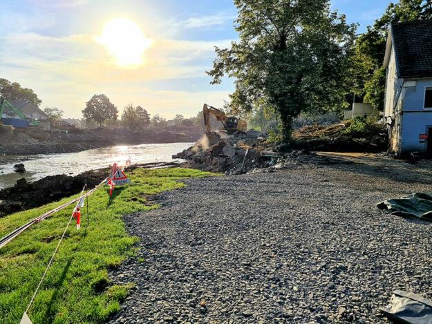Die Zuwegung an einer Furt wird wieder hergestellt. Auch mit Baggern unterstützen hiesige Firmen die Aufräumarbeiten im Hochwassergebiet. Foto: nh