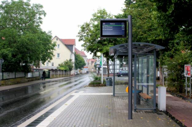 Das Fahrgastinformationssystem an der zentralen Gudensberger Haltestelle Rathaus zeigt an, welche Busse in Kürze eintreffen. Foto: nh