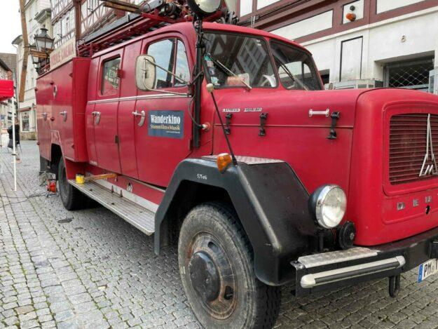 Der alte Feuerwehrtruck liefert Bühne und Leinwand. Foto: nh